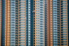 Alti appartamenti di aumento con i pulitori di finestra Fotografia Stock