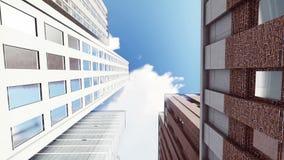 Alti edifici per uffici di aumento contro il cielo soleggiato video d archivio