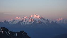 Alti picchi delle montagne di Mischabel nelle alpi svizzere Immagine Stock