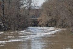 Alti scorrimenti dell'acqua tramite la diga Fotografia Stock Libera da Diritti