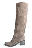 Alti stivali della pelle scamosciata su colore (marrone) medio di beige del tallone Immagini Stock Libere da Diritti