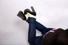 Alti talloni e blue jeans fotografia stock