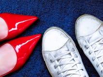 Alti talloni e scarpe da tennis, stili differenti di modo Immagine Stock