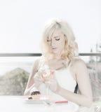 Alti vino e dessert chiave della donna Fotografia Stock Libera da Diritti