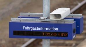 Altifalante, pulso de disparo digital e placa com a inscrição alemão, tradução da informação: imagens de stock