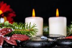 Altijdgroene takken met dalingen, bladeren, sneeuw, kaarsen en chrysa Stock Foto's