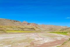 Altiplano torrt flodlandskap Arkivfoton