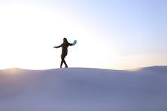 Altitude des musulmans masculins jusqu'au dessus de la dune de sable au-dessus du sable blanc dedans Image libre de droits