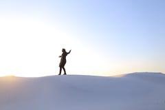 Altitude des musulmans masculins jusqu'au dessus de la dune de sable au-dessus du sable blanc dedans Photos libres de droits