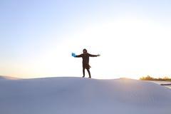 Altitude des musulmans masculins jusqu'au dessus de la dune de sable au-dessus du sable blanc dedans Images libres de droits