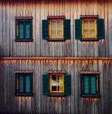 altitude en bois de maison de fenêtre photos stock