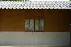 Altitude latérale de maison locale simple montrant le mur de contreplaqué, RU blanc Photographie stock libre de droits