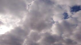Altkumuluswolken in der Zeitspanne mit den weißen Lichteffekten, die im Himmel durchbrennen stock video
