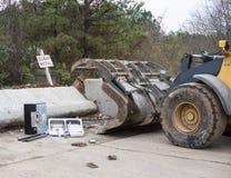 Altmetall und Traktor an bereiten Mitte auf Lizenzfreies Stockfoto