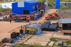 Altmetallhändler in einem Industriegebiet auf der Flussbank Pregolya in Kaliningrad Lizenzfreie Stockfotografie