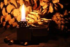 Altmodische Feuerzeug- und Kugeloberteile auf Hintergrund der Kiefer Co Stockfoto
