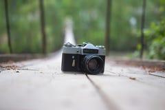 Altmodische Fotografiekamera auf hölzerner Weise auf Suspendierung bri Lizenzfreie Stockfotos