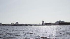 Altmodische Gebäude auf einem Damm des Neva-Flusses - St Petersburg, Russland stock video footage