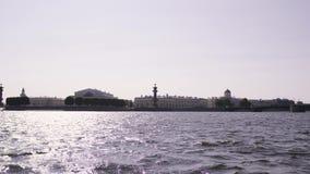 Altmodische Gebäude auf einem Damm des Neva-Flusses - St Petersburg, Russland stock video