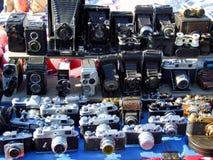 Altmodische Kameras auf Marktstand Stockbild