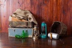 Altmodische Kerosinlaternenlampen mit Öllampen in einem antiken Lagerlager mit hölzernen Fächern der Weinlese lizenzfreies stockbild