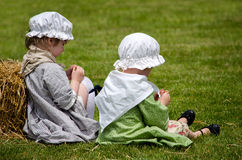 Altmodische Kinder, die im Gras spielen Lizenzfreie Stockfotografie