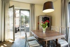 Altmodische Möbel im Retro- Innenraum Lizenzfreie Stockfotos