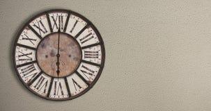 Altmodische Uhr auf der Wand, timelapse 12H stock video
