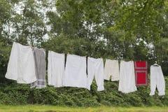 Altmodische Wäscheleine mit Kleidung Stockfotografie