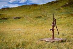 Altmodische Wasserpumpe heraus auf den Gebieten Lizenzfreie Stockfotos