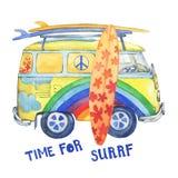 Altmodischer gelber Hippie Ñ  amper Bus mit den Surfbrettern, gemalt in den Regenbogenfarben mit Wolken und Blumen Lizenzfreie Stockbilder