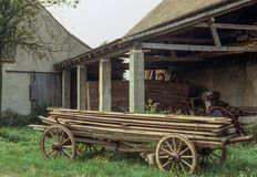 Altmodischer hölzerner Warenkorb nahe bei offener Halle in Pommersfelden, Deutschland Stockfotografie