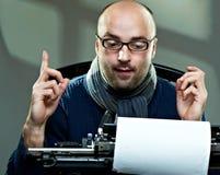 Altmodischer kahler Verfasser in den Gläsern Stockfotos