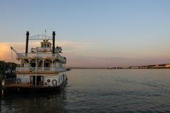 Altmodischer Paddelgeschäftemacher auf dem Potomac stockfotografie