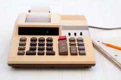 Altmodischer Rechner auf Schreibtisch mit Papier Stockbilder