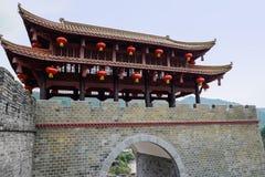 Altmodischer Turm auf Tor schloss an alte Wand an Stockfoto