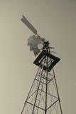 Altmodisches Balck und weiße Leistung-Windmühle Stockfoto
