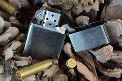 Altmodisches Feuerzeug auf Hintergrund von Kiefernkegeln Lizenzfreie Stockbilder