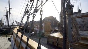 Altmodisches Schiff auf dem Dock stock footage