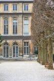 Altmodisches Weinlesegebäude am Park in Paris Lizenzfreie Stockfotos
