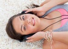 Alto ángulo de la muchacha adolescente que escucha la música Imagen de archivo libre de regalías