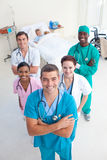 Alto ángulo de las personas médicas con un niño Fotografía de archivo libre de regalías