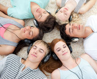 Alto ángulo de los adolescentes que escuchan la música Foto de archivo libre de regalías