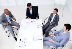 Alto ángulo de personas sonrientes del asunto en una reunión Imagen de archivo libre de regalías