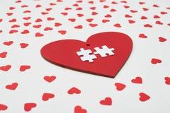 Alto ángulo lateral de la tarjeta bajo la forma de corazón con el puzz de dos blancos Foto de archivo