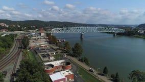 Alto ángulo que establece el tiro del puente de Rochester Pennsylvania metrajes