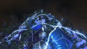 Alto árbol de navidad luminoso adornado con los juguetes de los regalos almacen de metraje de vídeo