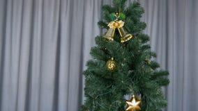 Alto árbol de navidad que se coloca en la sala de estar en casa Top rojo en árbol de abeto Decoración de oro en ramas verdes de l almacen de metraje de vídeo