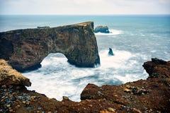 Alto arco, arco bajo y océano áspero Imagen de archivo libre de regalías