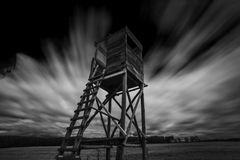 Alto asiento de la exposición larga con las nubes en el fondo imagenes de archivo